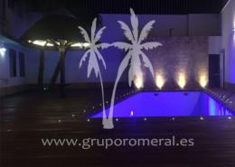 Construcción de piscina con suelo de ipe e iluminación led